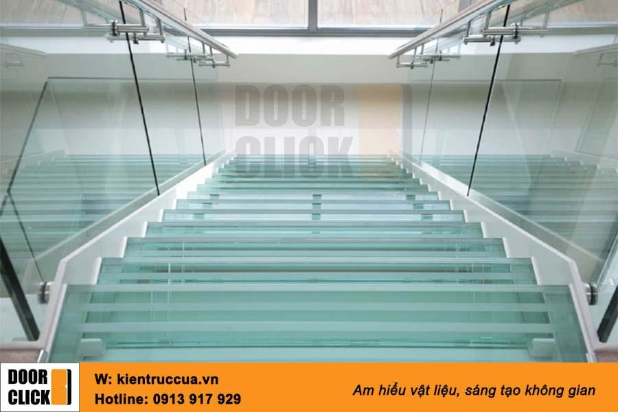 Cầu thang kính cường lực tay vịn Inox