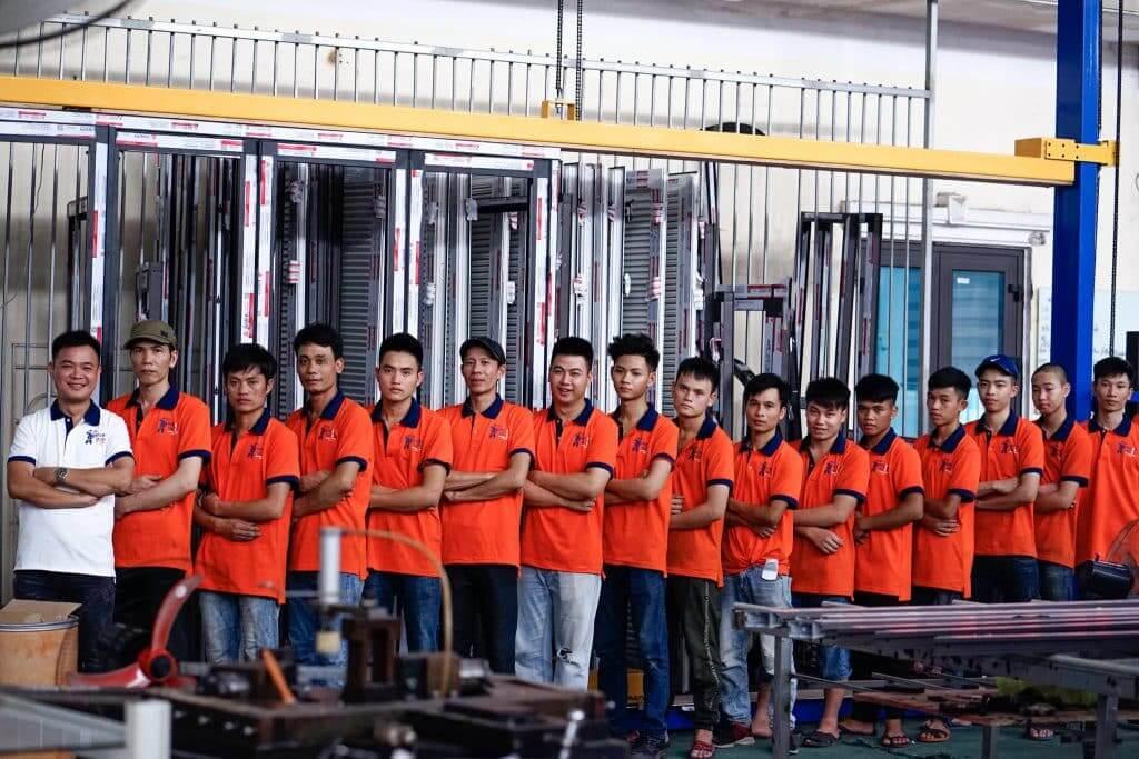 Nhân sự sản xuất cửa nhôm Doorclick